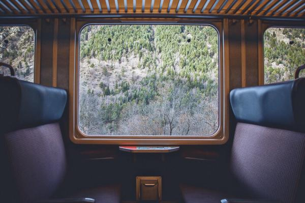 trein | Photo by Johannes Hofmann on Unsplash